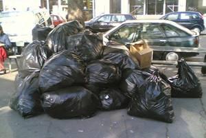 gros tas de sacs poubelles dans la ville