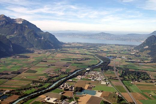 photo du Chablais traversé par un Rhône entrièrement canalisé