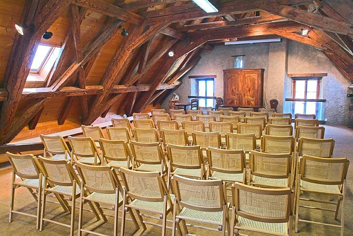 Capacité : 50 places - Accès : pas pour handicapés - Cachet : salle mansardée sous les combles - Maison Jaune - Rte de Lausanne 1