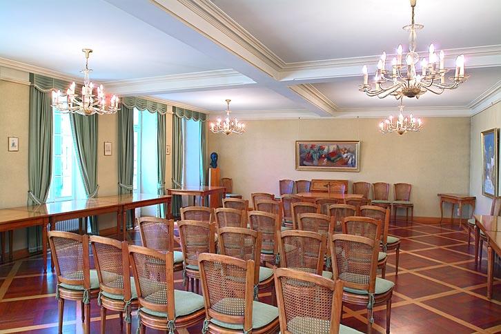 Capacité de la salle : 35 places assises + autant debout - Accès : 2 marches d'escalier pour être de plain-pied ( extérieur de la salle) - Cachet : salle très lumineuse.
