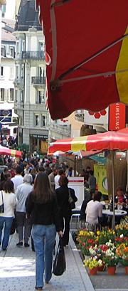 Rue piétonne très fréquentée au centre de Lausanne, par beau temps