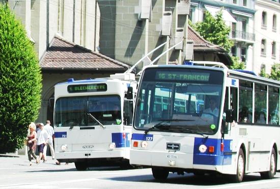 Photo de deux bus des transports publics lausannois sur la place Saint-François de Lausanne